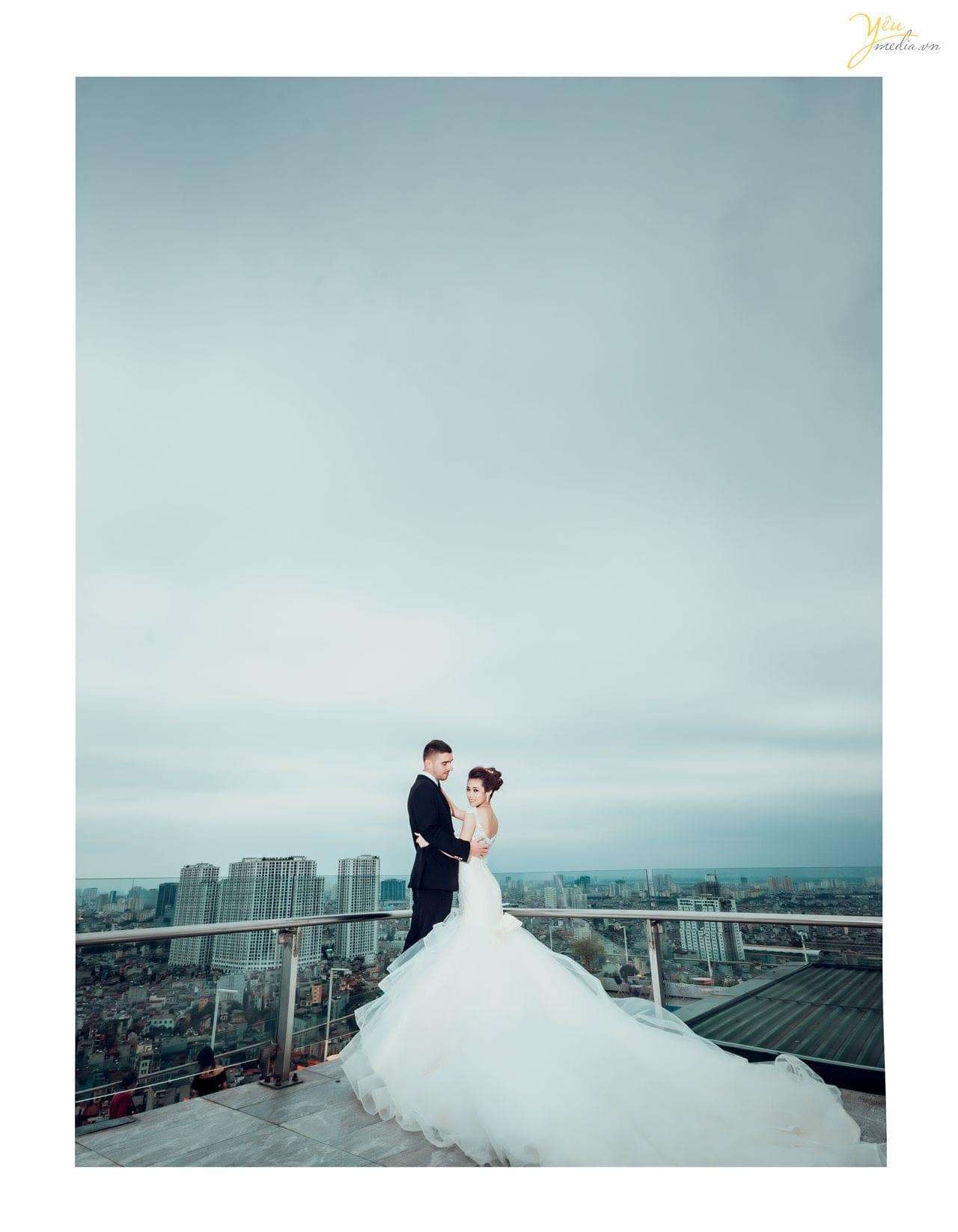 ảnh cưới chụp trill cafe chú rể nước ngoài