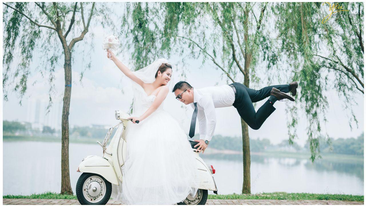 ảnh cưới đẹp cô dâu chú rể chụp cùng vespa