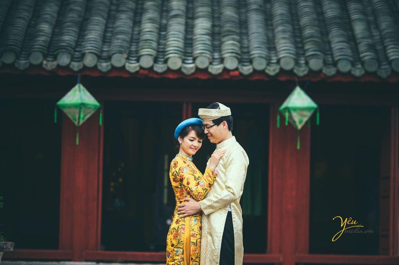 cô dâu chú rể ôm nhau tình tứ trong tà áo dài truyền thống