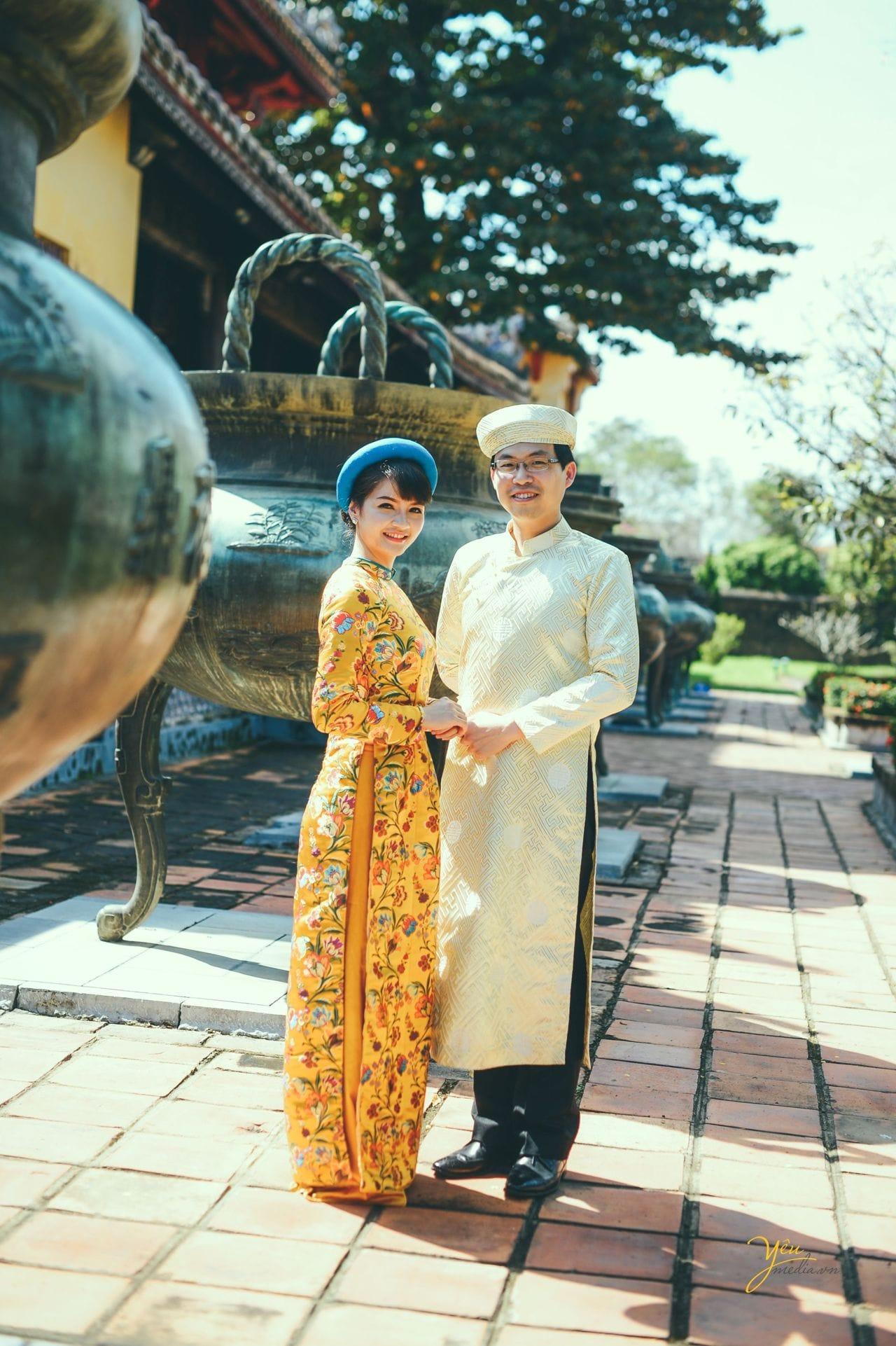 cô dâu chú rể chụp ảnh áo dài gấm truyền thống