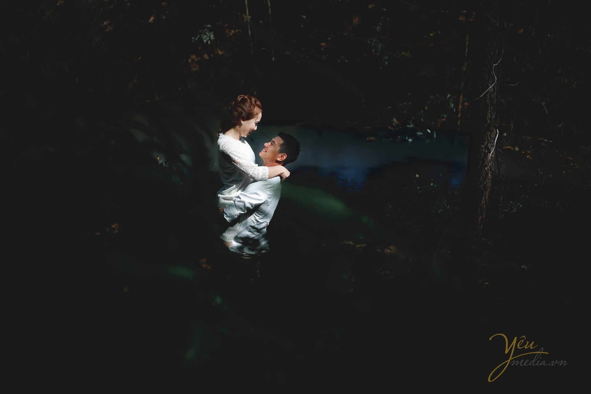 ảnh cưới chụp tại rừng chụp cô dâu chú rể qua tán lá