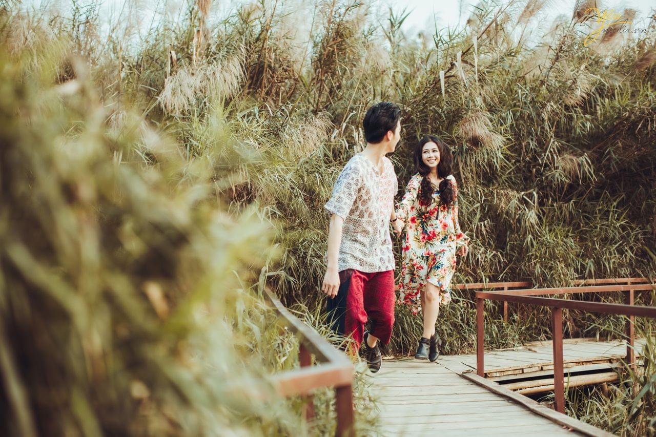 ảnh cưới pre wedding phong cách bohemian bãi đá sông hồng