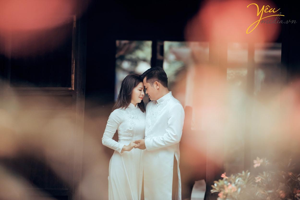 chụp ảnh cưới cùng áo dài trắng trong văn miếu