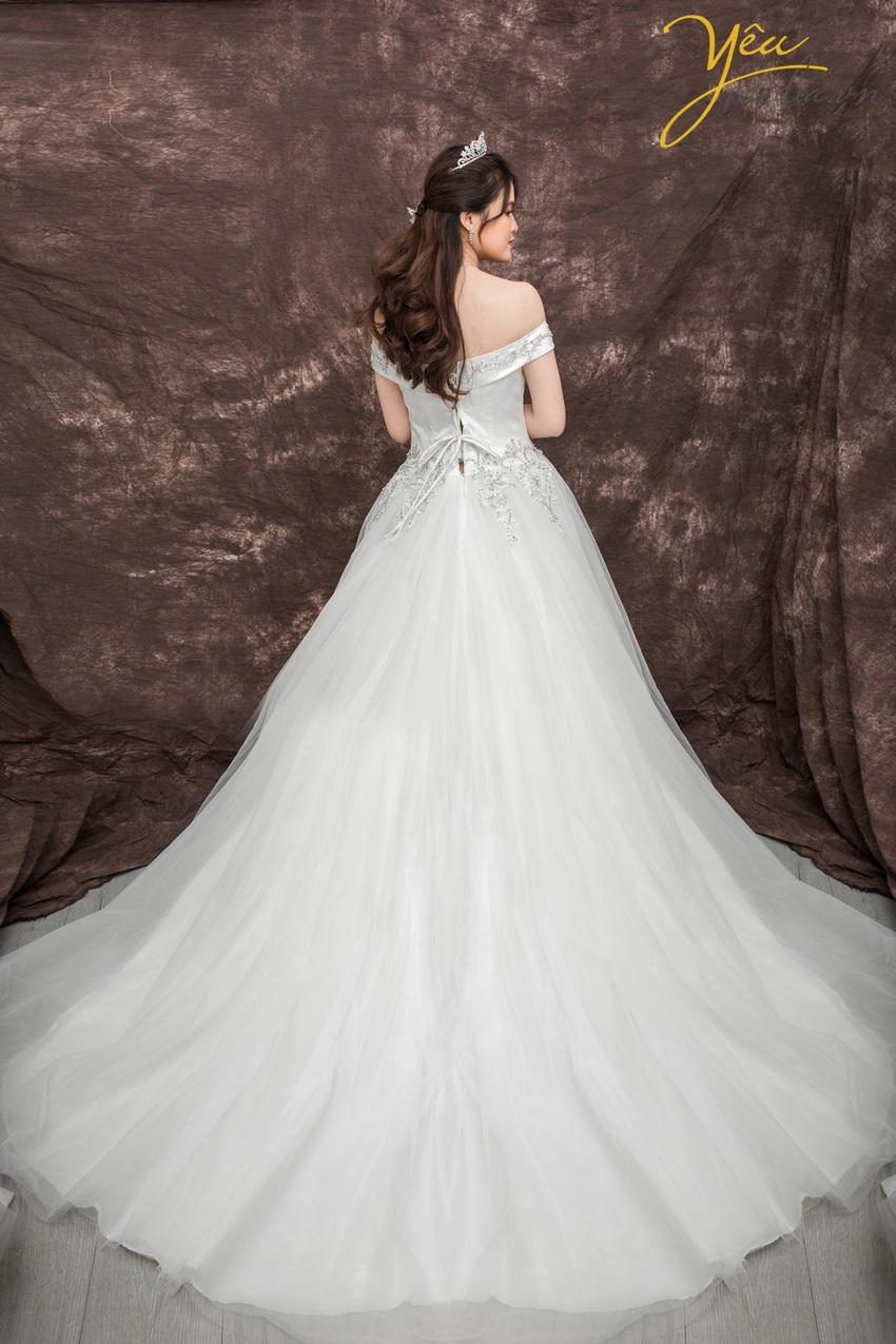 Yêu Media cho thuê váy cưới, áo dài, váy phù dâu phục vụ cô dâu khi chụp ảnh cưới, mặc trong lễ cưới, lễ đính hôn đều phù hợp.