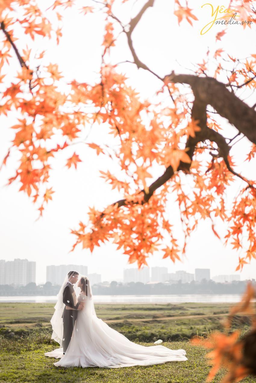 Ngoài địa điểm này, cặp đôi chú rể Quang - cô dâu Liên của Yêu Media còn lựa chọn thêm Nhà hát lớn Hà Nội - một địa điểm quen thuộc tại thủ đô - để làm bối cảnh chụp ảnh cưới sang trọng và tự nhiên của mình.