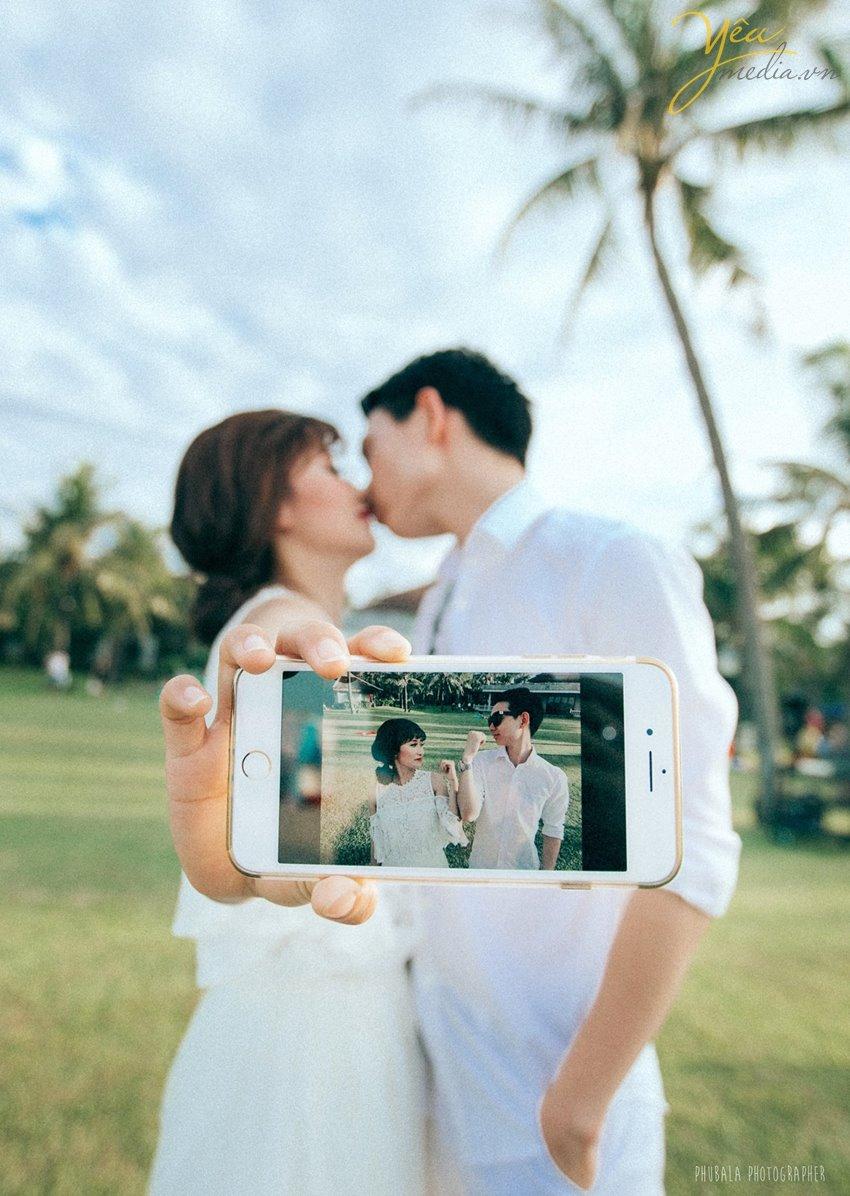 hai người yêu nhau hôn nhau chụp ảnh bằng iphone