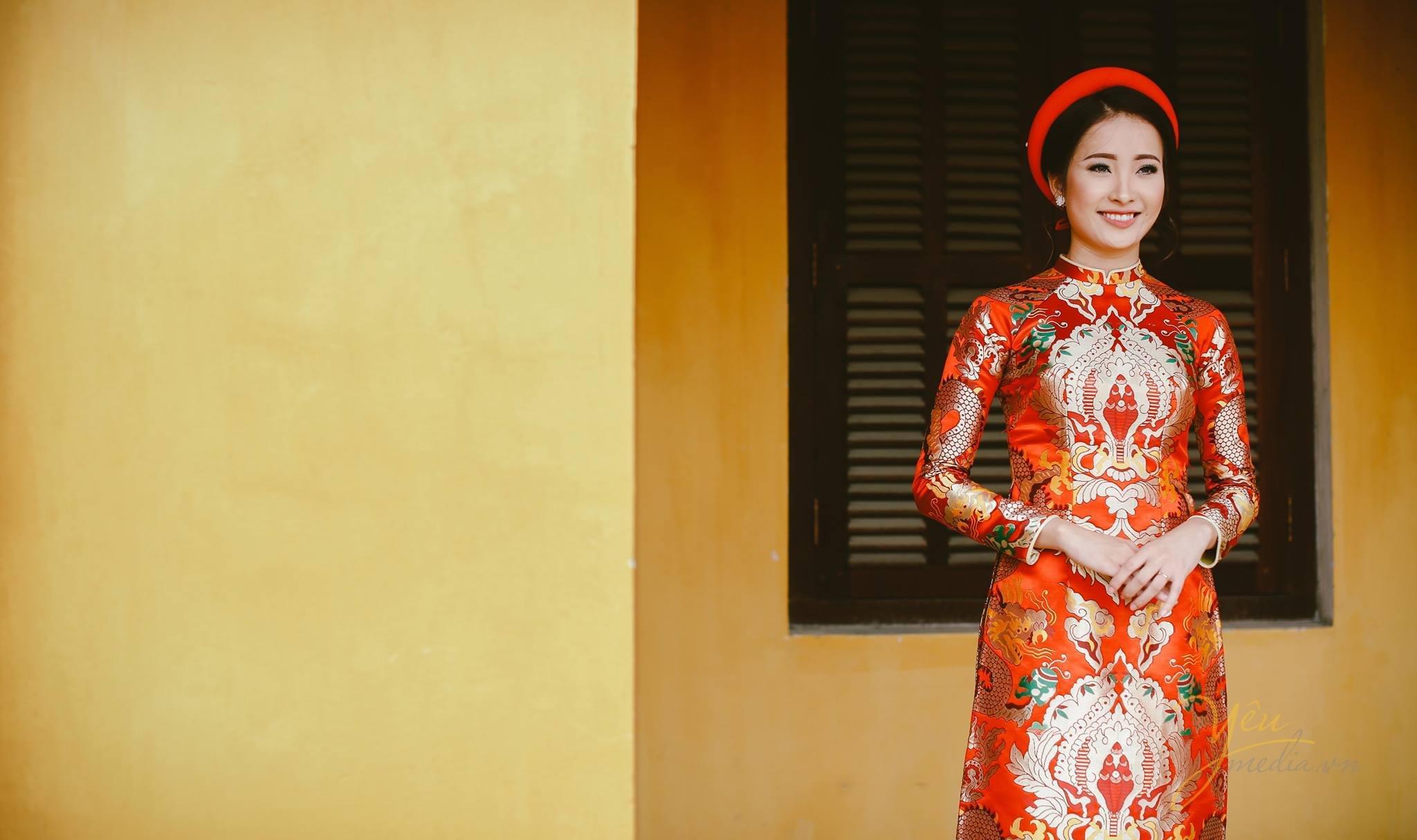 ảnh cưới chụp cô dâu mặc áo dài gấm màu đỏ