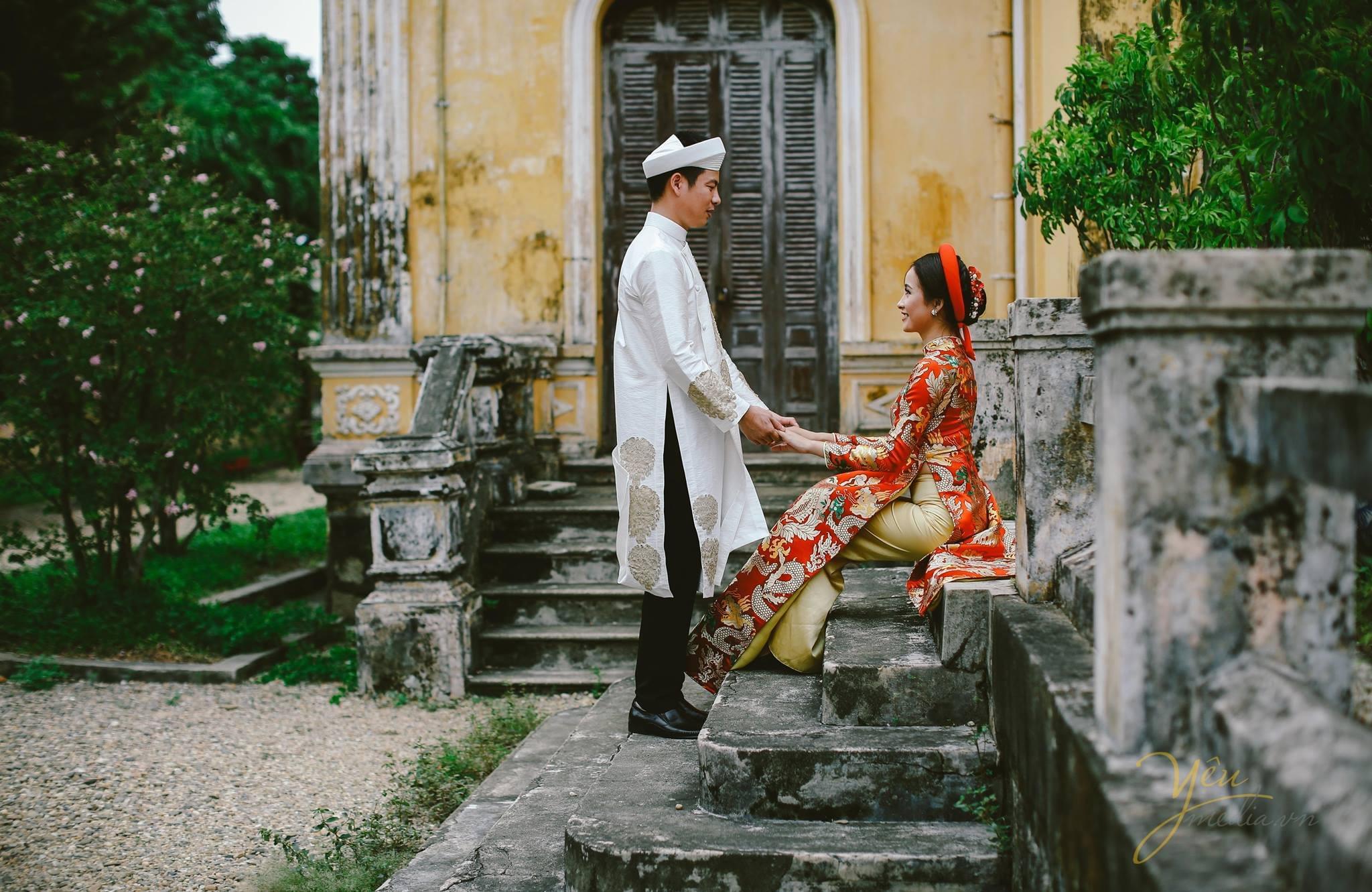 ảnh cưới áo dài gấm đỏ truyền thống cô dâu chú rể tại góc nhỏ đại nội
