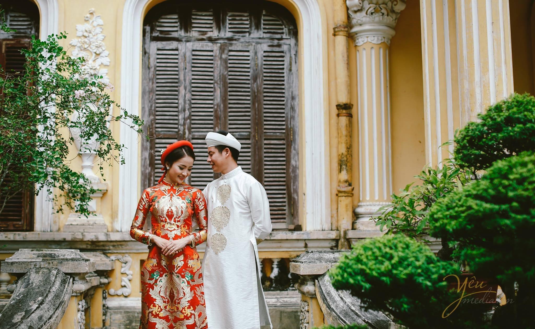ảnh cưới chụp cô dâu chú rể mặc áo dài gấm vấn khăn cổ truyền