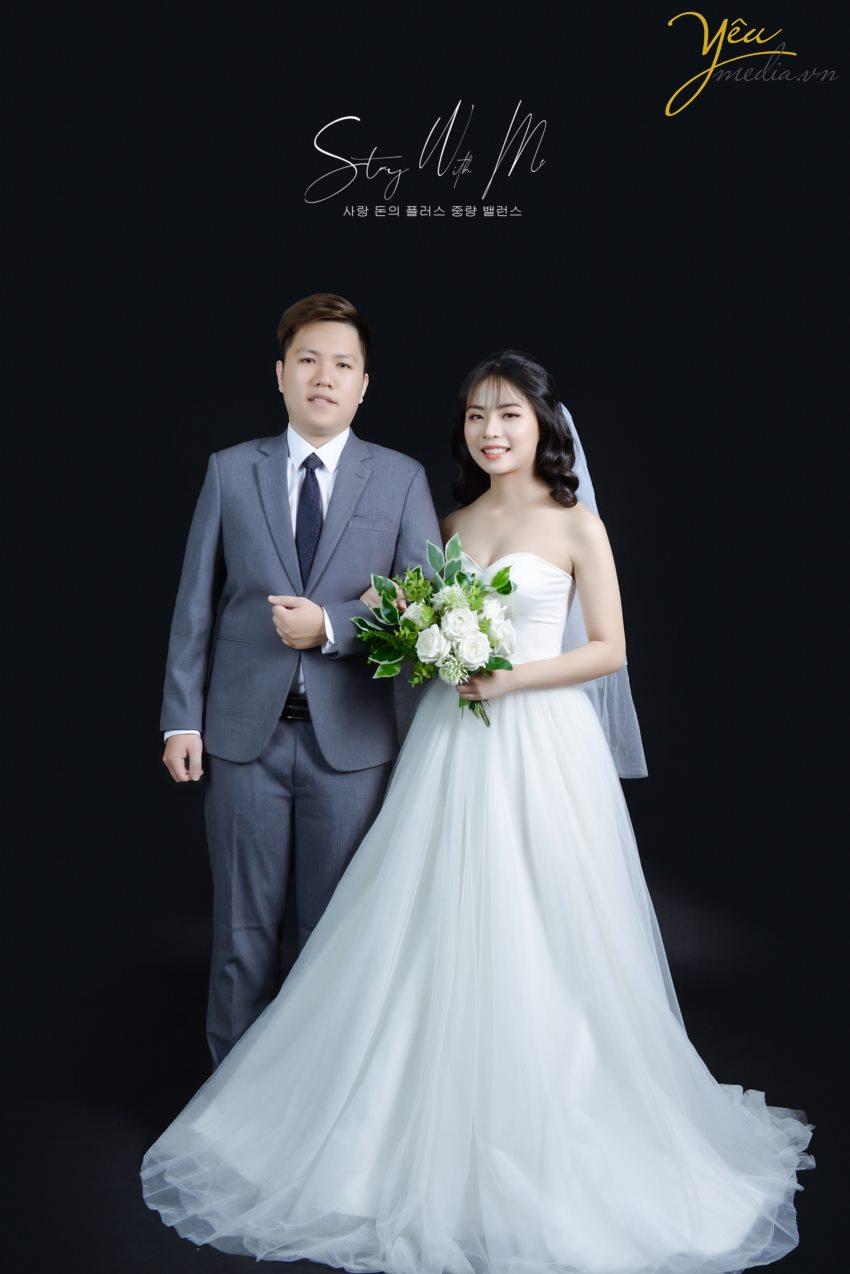 Concept chụp ảnh cưới trong nhà theo phong cách Hàn Quốc là xu hướng không hề mới nhưng luôn dẫn đầu và được giới trẻ lựa chọn nhiều hơn cả trong nhưng năm gần đây.  Sự tự nhiên trong phong cách make up cùng bộ váy tinh tế, sang trọng đã tạo nên nét trẻ trung, tươi sáng cho các cô dâu.  Kết hợp với phông nền và những góc decor 'bắt trend' mang lại một album cưới đậm chất Hàn Quốc.