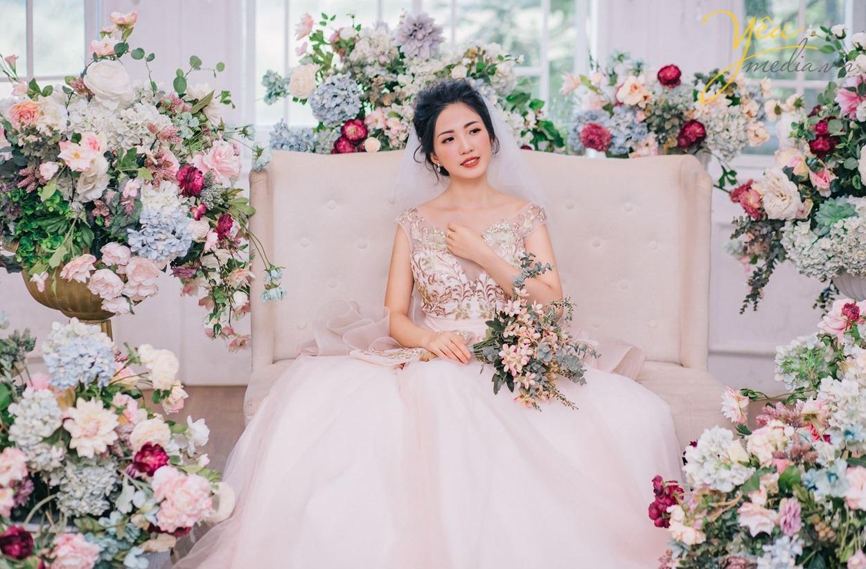 cô dâu hãnh diện trong bộ váy cưới tuyệt đẹp của mình