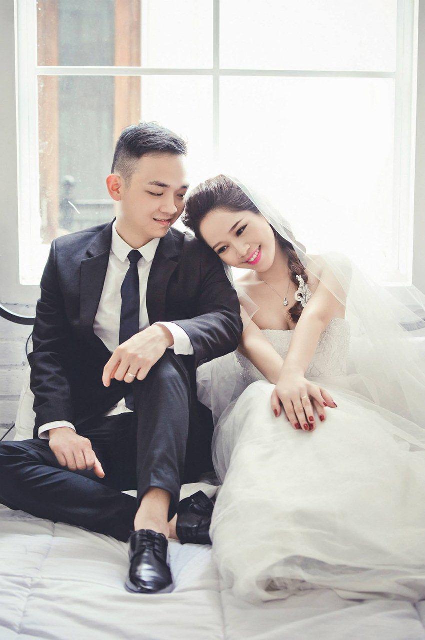 cặp đôi cưới chụp ảnh trong studio
