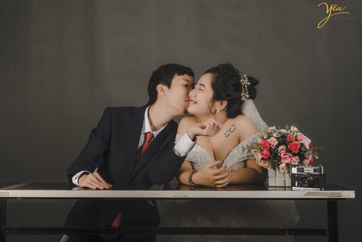 Chụp ảnh cưới trong studio tạo dáng tự nhiên dễ thương Hà Nội Yêu Media