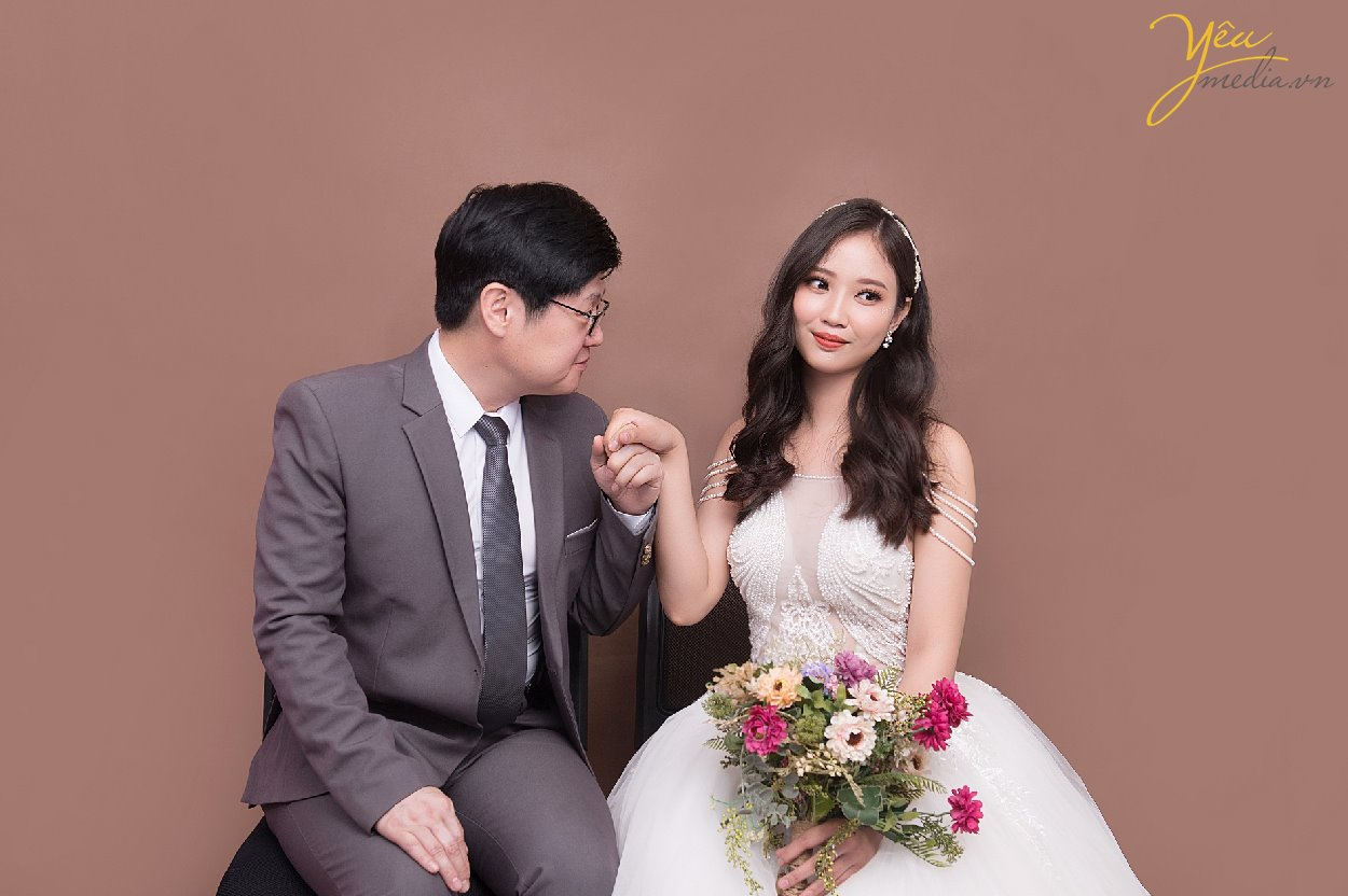 korean bride and groom take picture prewedding in hanoi
