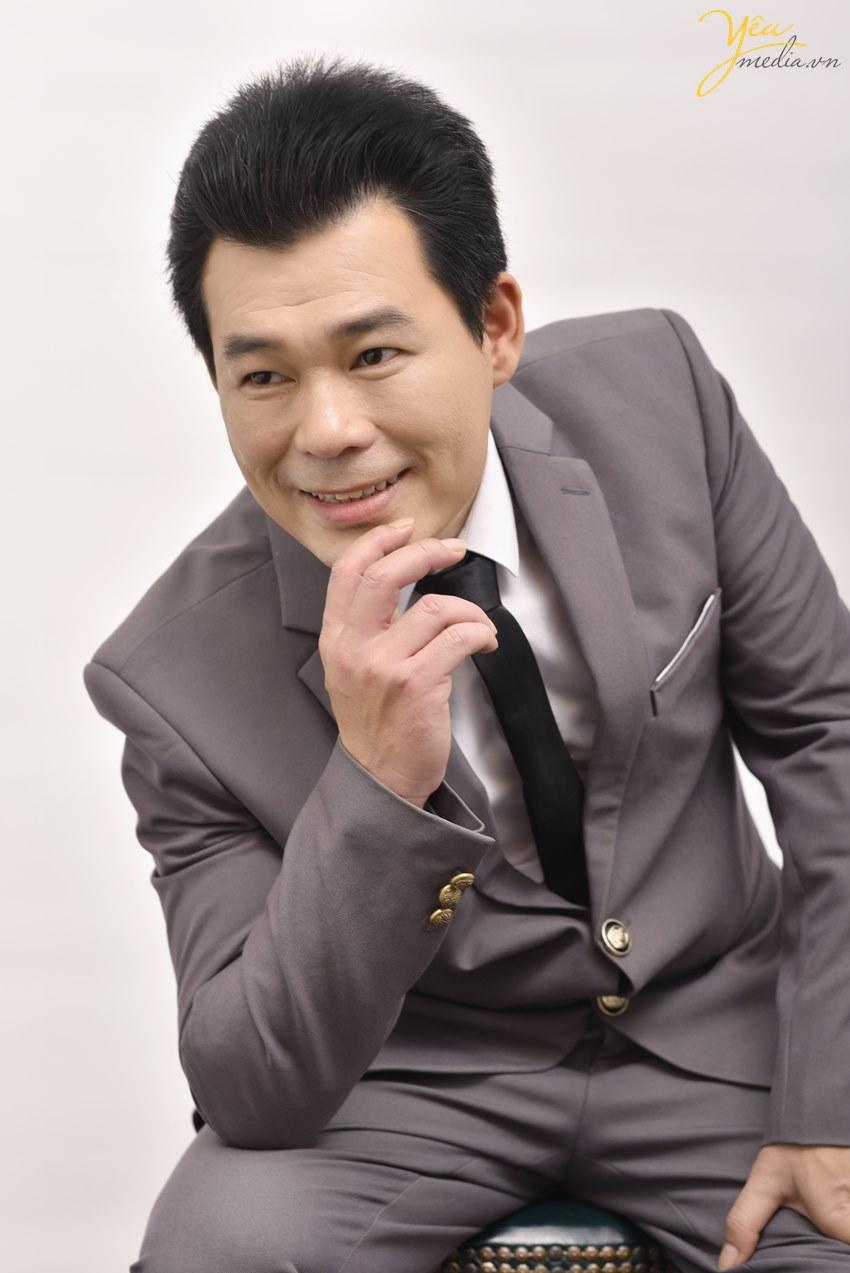 Chụp ảnh nam doanh nhân đẹp trong studio Yêu Media Hà Nội