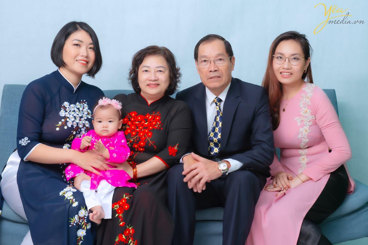 Yêu media xin giới thiệu bộ ảnh chụp gia đình chị Nga gồm: bố mẹ - hai con gái - và cháu ngoại - được thực hiện tại studio của chúng tôi.