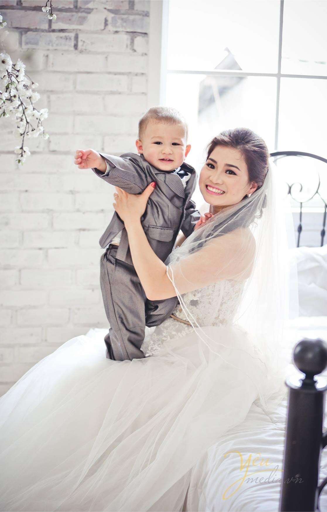 chụp ảnh gia đình tại studio, trang phục váy cưới