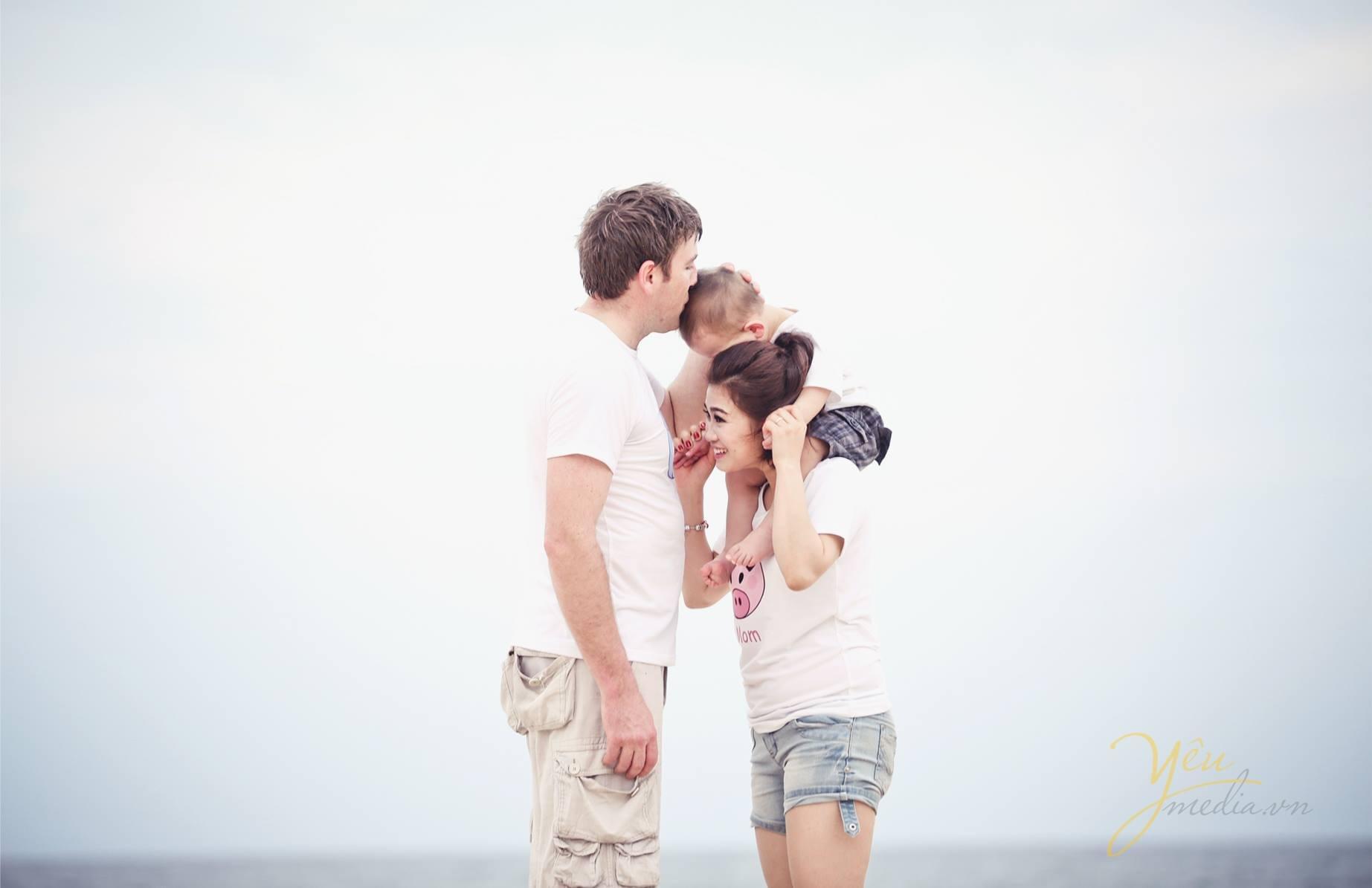 ảnh chụp gia đình vui chơi tại biển kỷ niệm ngày cưới