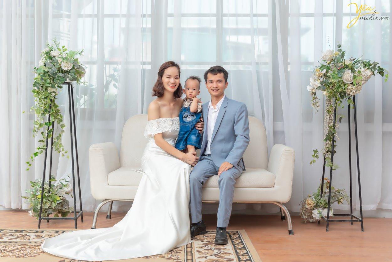 Chụp ảnh gia đình ba người trong phim trường kiểu châu Âu