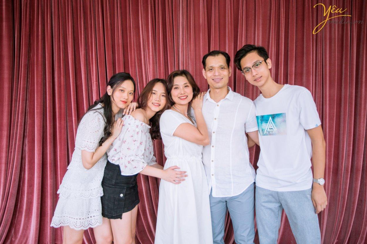 Gia đình 5 người với ba, mẹ và 3 em bé thì thường là những gia đình đã cưới nhau được từ 7 đến 10 năm. Một khoảng thời gian xứng đáng để cả nhà nên chụp một bộ ảnh gia đình làm kỷ niệm. Ghi lại những khoảnh khắc hạnh phúc bên nhau, cả nhà quây quần khi các con còn nhỏ, và ba mẹ vẫn còn trẻ.  Có rất nhiều người thích chụp ảnh gia đình hơn là chụp ảnh cưới, vì chụp ảnh gia đình nhìn tự nhiên hơn, nhiều cảm xúc hơn, và quan trọng nhất là có các con yêu của mình, nên xem ảnh gia đình mãi không chán. Cầm album lên xem, lưu vào máy tính và điện thoại để xem, và up lên mạng xã hội nữa. Ngoài ra, còn có rất nhiều người đặt ảnh của con yêu làm hình nền điện thoại hoặc máy tính.
