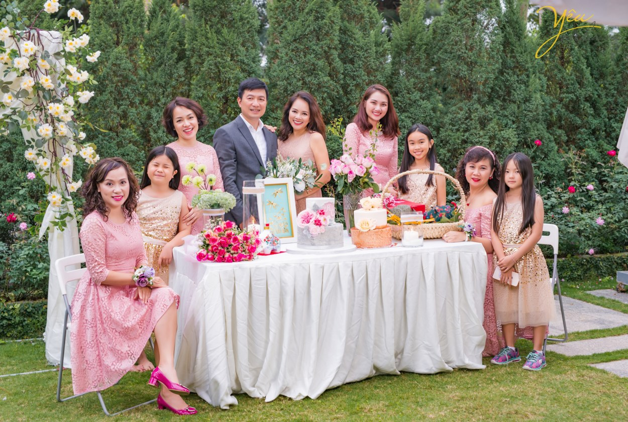 """Không chỉ các cặp đôi mong muốn đến đây ở pre-wedding, các gia đình tại Hà Nội với mong muốn thực hiện 1 bộ ảnh """"để đời"""" - ví dụ như gia đình chị Châu - chụp ảnh cùng gia đình và những người bạn thân nhân kỷ niệm ngày cưới - cũng đã chọn Flamingo Đại Lải làm điểm đến của mình."""