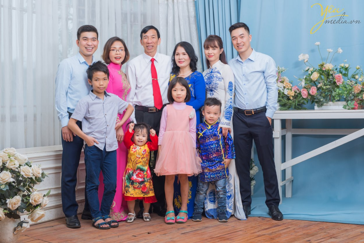 Với những lí do này, gia đình chị Thúy đã book Yêu Media với dịch vụ chụp ảnh gia đình trong phim trường Rosa nằm trên phố Lê Trọng Tấn ở Hà Nội - vừa thuận tiện đi lại, chi phí phải chăng, thời gian di chuyển ngắn, lại nhiều bối cảnh để chụp ảnh.   Hãy cùng Yêu Media ngắm bộ ảnh album gia đình đầy tình yêu thương của gia đình chị Thúy nhé!