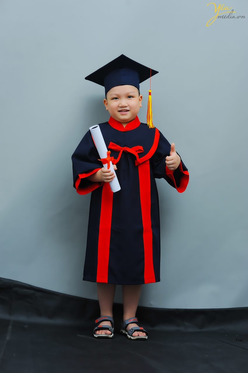 Yêu Media đã chuẩn bị trang phục cử nhân cho các bé mầm non để chụp ảnh tốt nghiệp tại studio của mình.