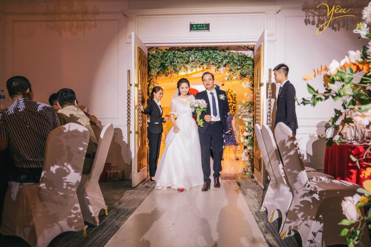 Hiện nay, Yêu Media chính là một trong những lựa chọn hàng đầu cho gói chụp ảnh phóng sự cưới đẹp, trọn gói, chuyên nghiệp - uy tín. Đặc biệt là với những cặp đôi yêu thích sự phá cách đầy cảm hứng và mới mẻ.  Thay vì những concept chụp ảnh truyền thống với tính rập khuôn, gò bó khiến cô dâu chú rể cùng người thân mất đi sự tự nhiên, thoải mái, các gói chụp ảnh phóng sự cưới của chúng tôi lại vô cùng linh hoạt trong việc nắm bắt những khoảng khắc ngọt ngào, tràn đầy xúc cảm. Bộ ảnh phóng sự cưới của bạn sẽ không chỉ đẹp lung lình mà còn giống như một câu chuyện tình lãng mạn với sự đa dạng trong từng khung hình.