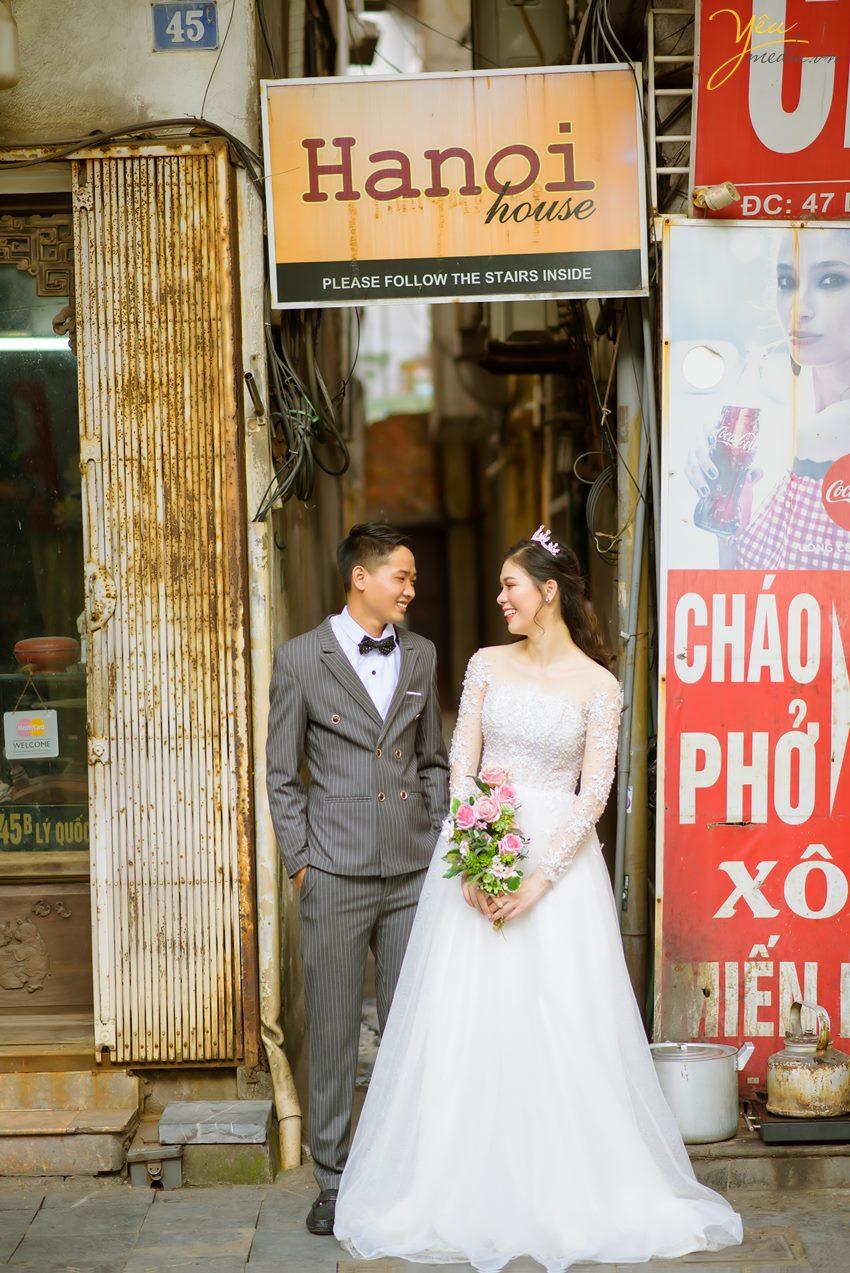 Bộ ảnh trong bài được thực hiện bởi Yêu media cho cặp đôi chú rể Chỉnh - cô dâu Trang, ngoài địa điểm Nhà thờ lớn Hà Nội còn xuất hiện Hồ Gươm, nhà hát lớn, các con phố nhỏ, ngõ nhỏ,... xung quanh khu vực quận Hoàn Kiếm - Hà Nội.