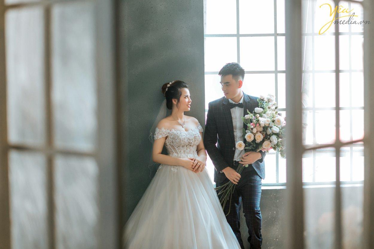 Đối với những cặp đôi quá bận rộn, không quá cầu kỳ về bộ ảnh cưới trong năm 2019 này - Hoặc những cô dâu chú rể sắp cưới quá gấp rồi chỉ cần chụp ảnh phóng lớn treo tường để cổng, muốn chụp ảnh cưới đơn giản ít phải đi lại, không sợ trời mưa nắng thất thường - thì gói chụp ảnh cưới tại phim trường ROSA (03 mặt sàn với tổng diện tích 1200m2 Lê Trọng Tấn, cực gần chỉ cách ngã tư sở 1,5km) là phù hợp nhất bởi 03 lí do sau:  1. Thời gian chụp ảnh siêu nhanh, có thể chụp ảnh vào buổi tối giúp rút ngắn tối đa thời gian cho dâu rể  2. 3 KHÔNG: Hoàn toàn KHÔNG MỆT, KHÔNG MƯA NẮNG, KHÔNG PHẢI DI CHUYỂN NHIỀU;  3. Tiết kiệm tối đa chi phí (vui lòng xem các gói chụp tại đây hoặc gọi hotline để được chuyên viên tư vấn của Yêu media hướng dẫn tận tình nhất)