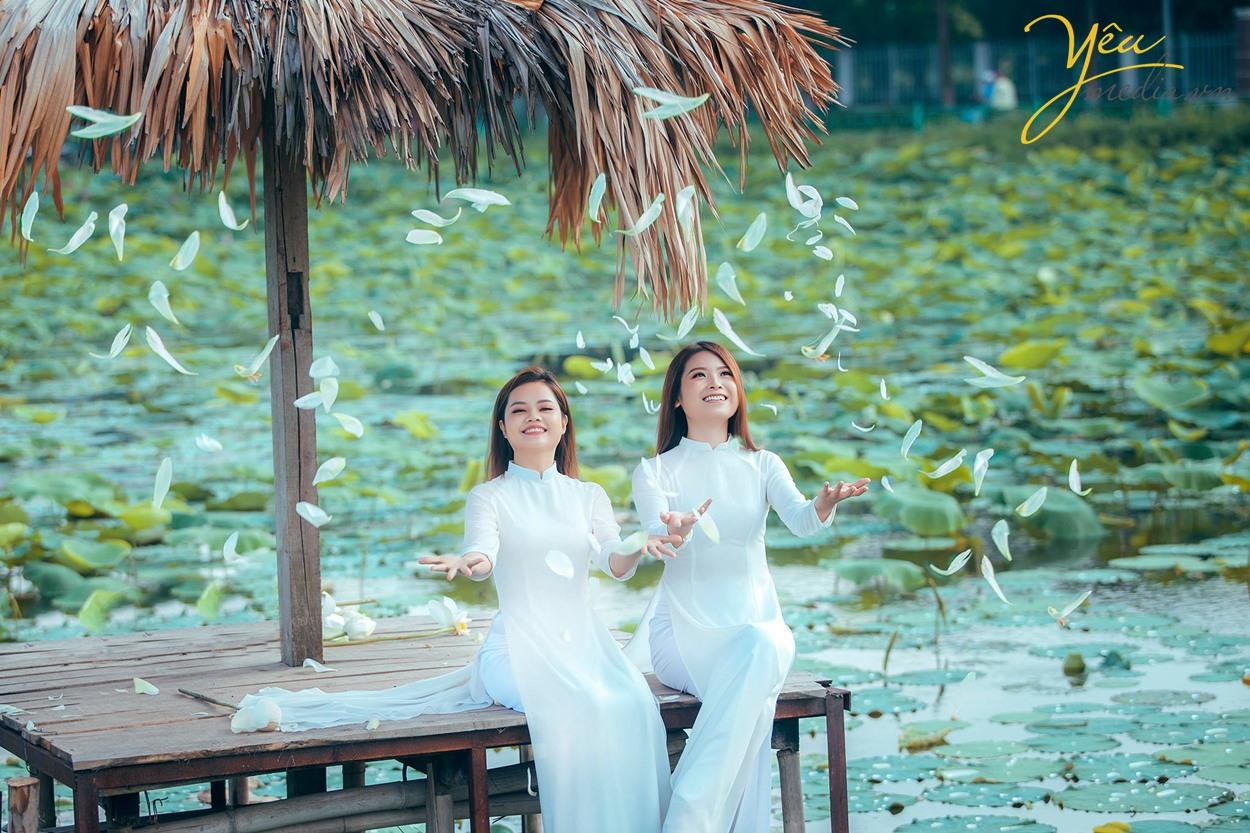 hai thiếu nữ hà nội bên hoa sen hồ tây