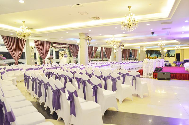 Thương lượng giá trung tâm tiệc cưới