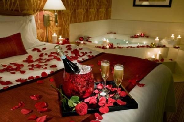 Trang trí giường cưới bằng hoa và nến