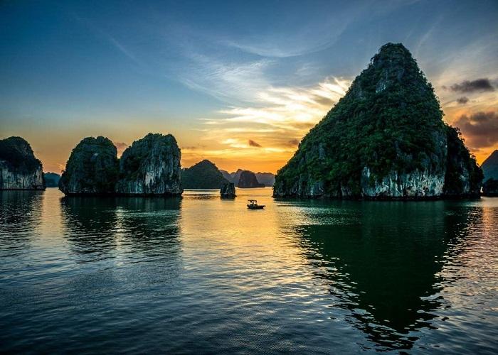 Khung cảnh Vịnh Hạ Long