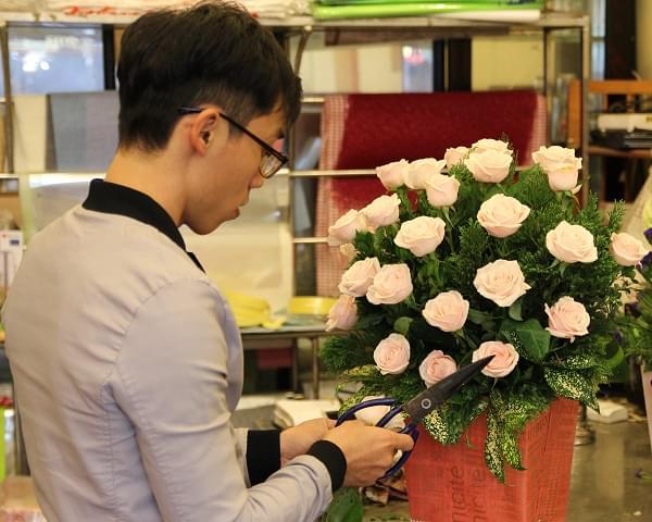 Thợ cắm hoa tại cửa hàng Điện hoa Tường Vi