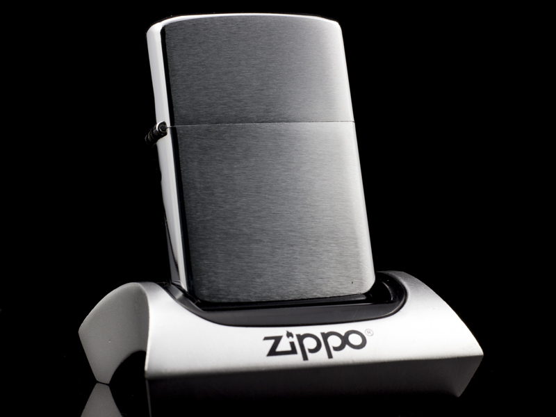 Zippo-co-brushed-chrome-1-gach-1981-nhap-khau