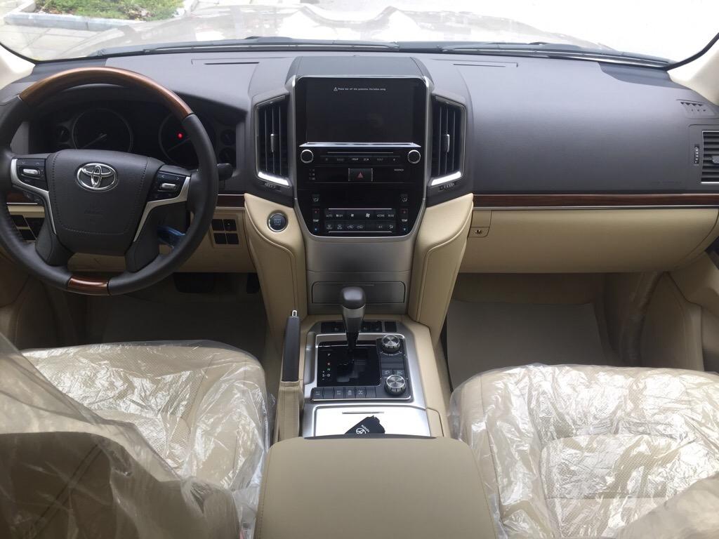 Toyota Land Cruiser VX màu Vàng Cát