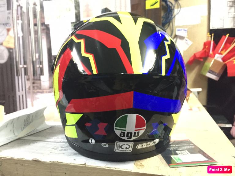 Mũ bảo hiểm fullface AGU tem phản quang họa tiết đối xứng đỏ đen trắng có chữ AGU 46 (hàng chính hãng)