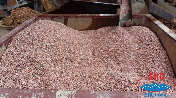 Using Pink Pebble For Making Decoration And Terrazzo Tiles