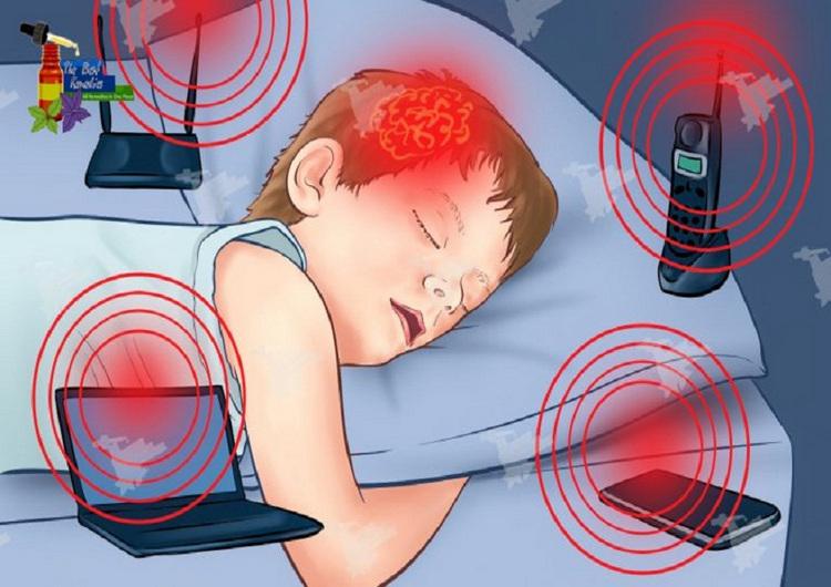 Trẻ nhỏ rất dễ chịu tác động từ các thiết bị điện tử