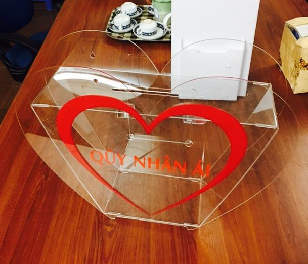 Hòm thư góp ý hình trái tim bằng mica trong,decall màu đỏ