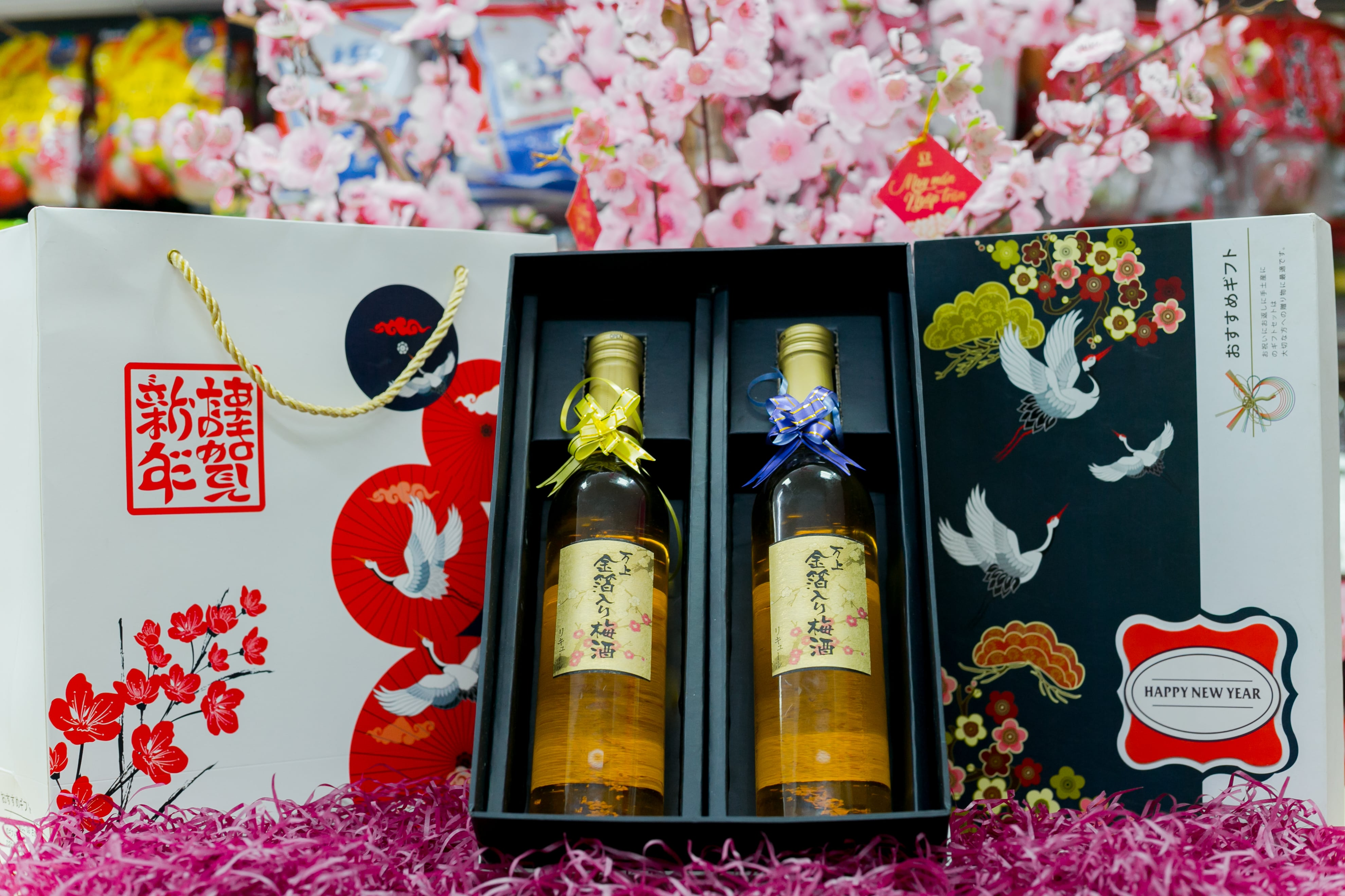 Hộp rượu cao cấp: set 2 Rượu mơ vảy vàng Kikkoman 500ml