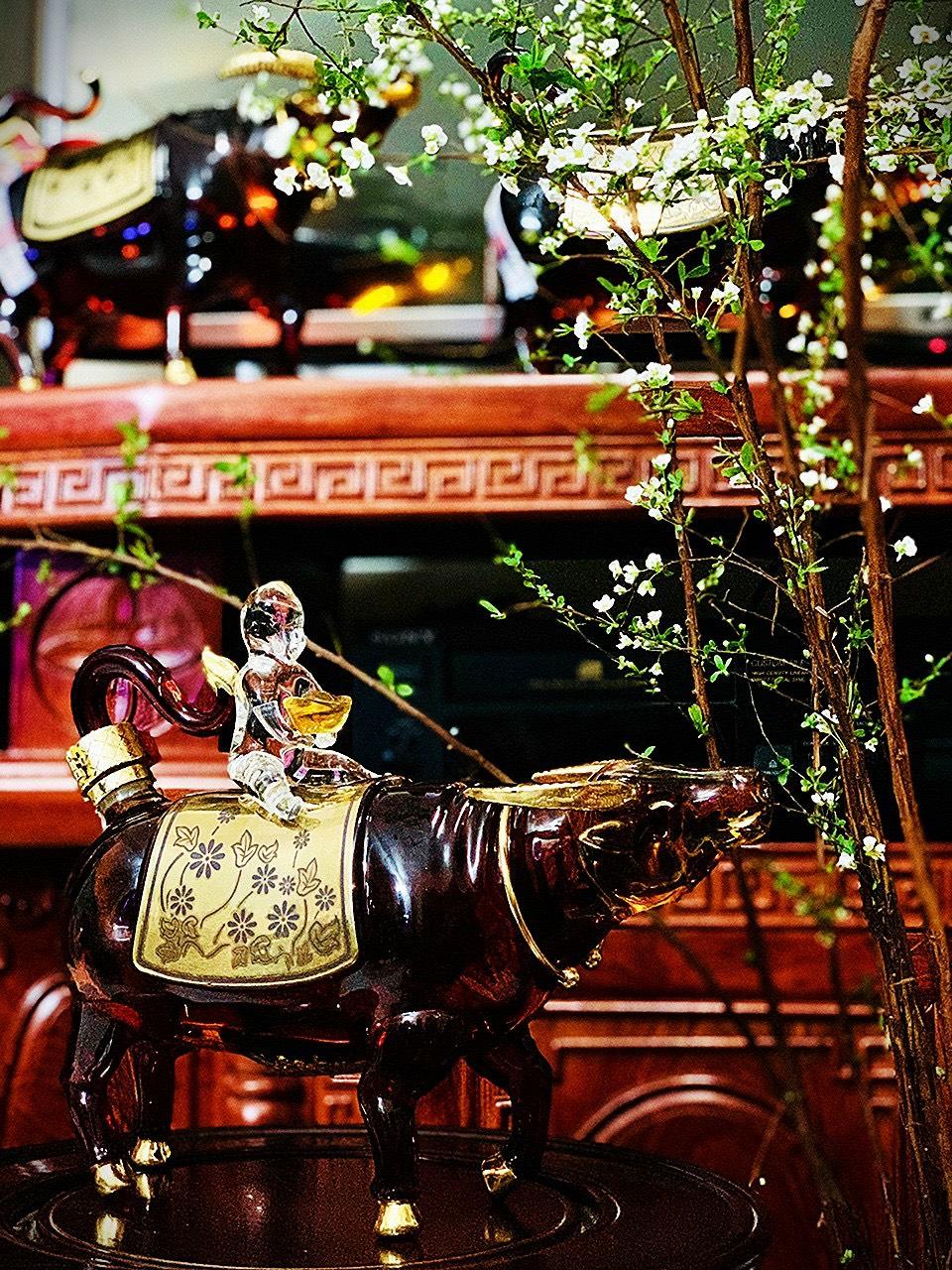 Rượu BRANDY ROYAL RICH XO GOLD 23K trâu vàng Đông Hồ- Xuân Tân Sửu 2021 (kèm hộp đựng và túi cao cấp)