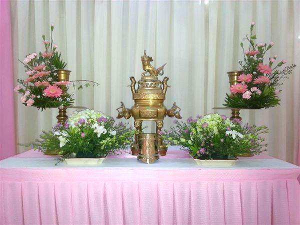 Cắm hoa bàn thờ gia tiên đẹp