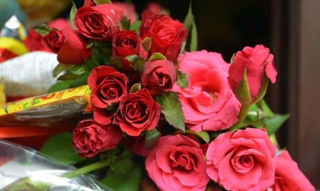 hoa hồng đỏ trang trí bàn thờ