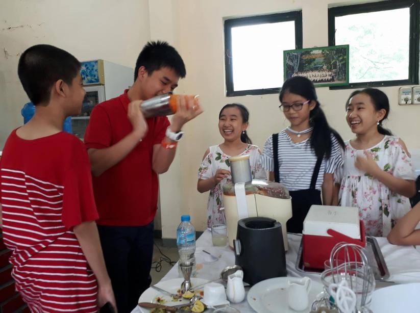 Lớp dạy pha chế hè cho trẻ tại trường hoa sữa