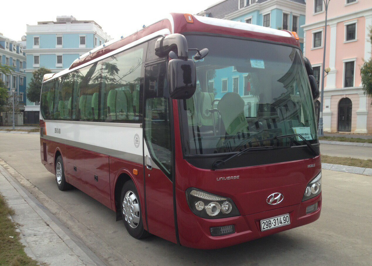Isuzu 35c: Đường dài 15.000đ/km. City tour nội thành 2.000.000đ/ngày
