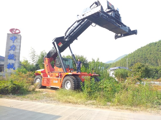 Xe nâng ep công hàng container