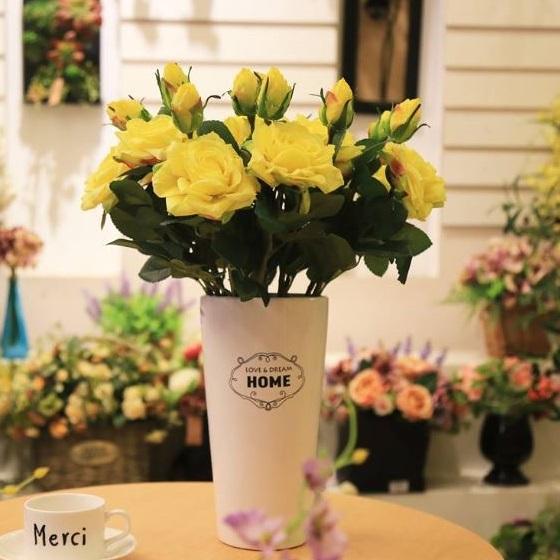 Bình hoa hồng để bàn