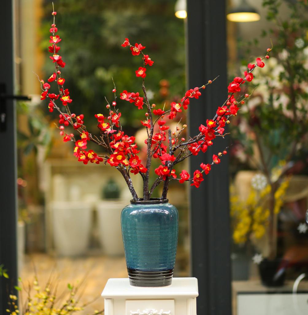 Bình gốm kèm hoa đào đỏ - BH772